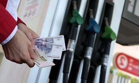 Цены на бензин в России снизились.