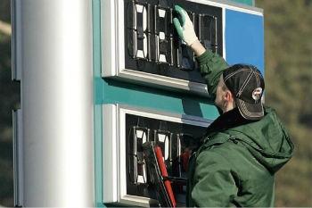 """Бензин оптом продолжил дорожать """"по сезону"""""""